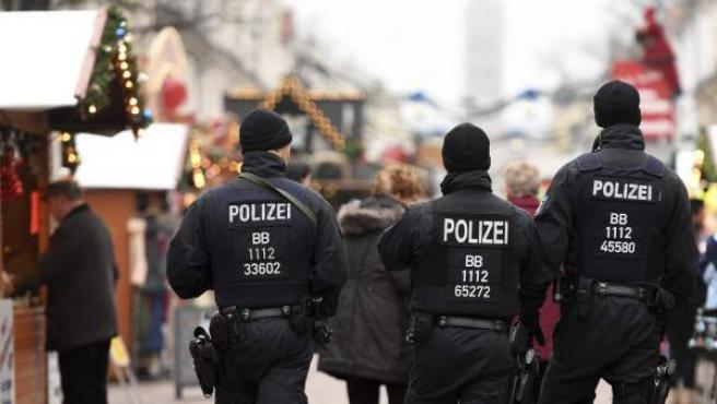 Agentes de policía alemanes patrullan un mercadillo navideño en la ciudad de Postdam, Alemania.