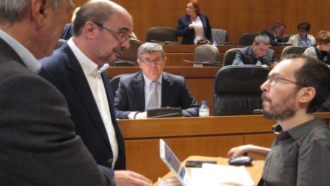Javier Lambán (PSOE) y Pablo Echenique (Podemos), hablando en las Cortes