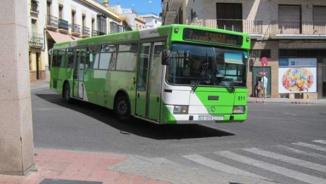 Un autobús de la línea 7 de Aucorsa a su entrada en Capitulares