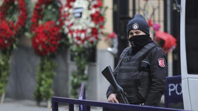 Un miembro de las fuerzas especiales turcas fuertemente armado vigila frente al Consulado ruso en Estambul.