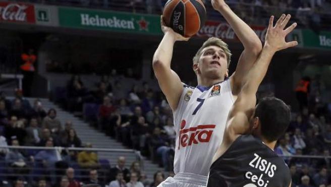 Luka Doncic intenta anotar ante Nikos Zisis en el Real Madrid - Brose Baskets