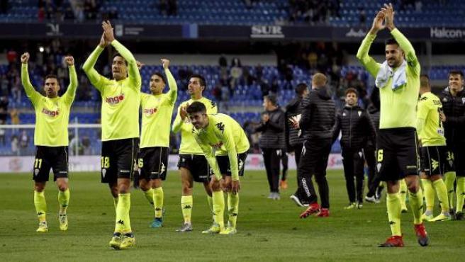 Los jugadores del Córdoba celebran su clasificación para octavos de la Copa del Rey en Málaga.