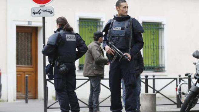 Agentes de la Policía francesa vigilan las calles.