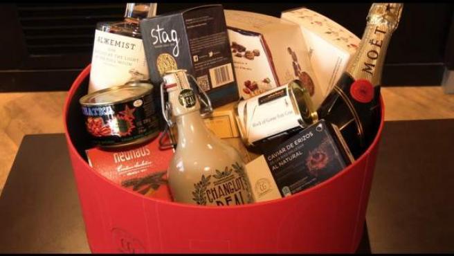 Cesta de Navidad con productos gastronómicos.