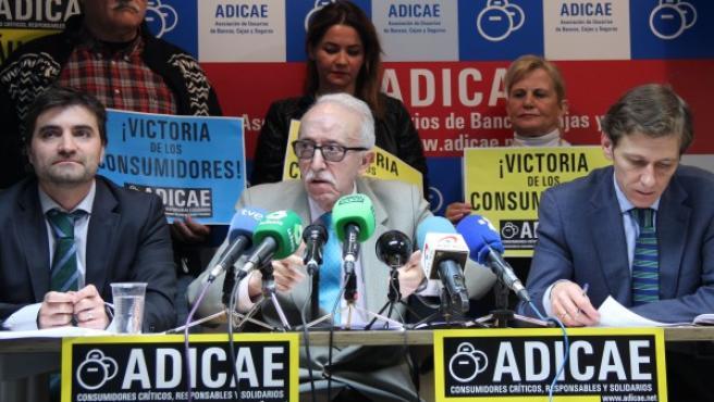 Manuel Pardos (c) en la rueda de prensa de Adicae.