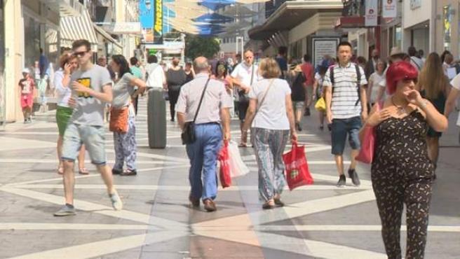 La inmigración empuja la población española