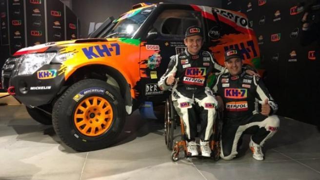 Isidre Esteve y su copiloto Chema Villabos posan junto al coche que llevarán al Dakar.