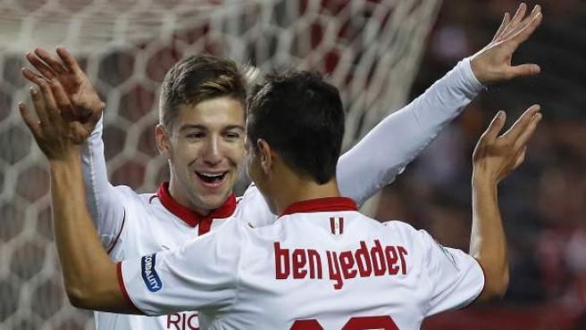 Luciano Vietto y Wissam Ben Yedder celebran uno de los goles del Sevilla ante el Formentera en la Copa.