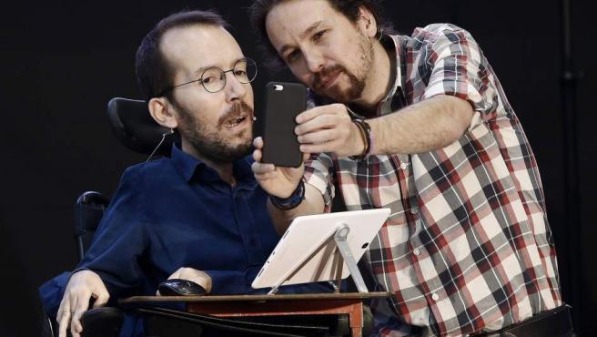 El secretario general de Podemos, Pablo Iglesias (d) y el secretario de Organización, Pablo Echenique, en un acto en Pamplona.