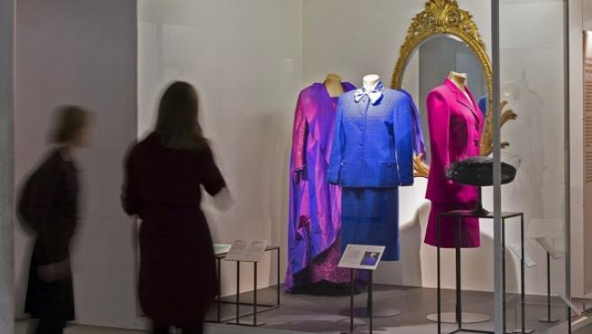 Vista general del panel dedicado a los trajes de Margaret Thatcher en el Museo V&A de Londres