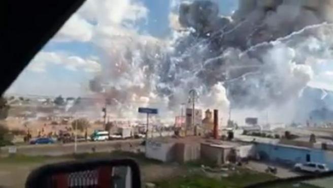 Dos decenas de muertos por una explosión en un mercado de pirotecnia en México.