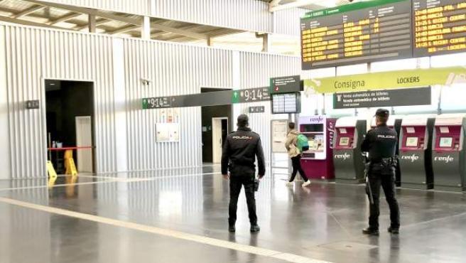 Dos agentes vigilan en la Estación Alacant Terminal.
