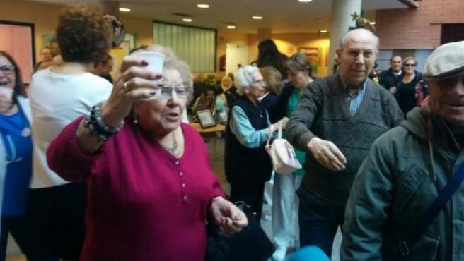 Varios ancianos celebran el Gordo de Navidad en la residencia de ancianos Peñuelas de Madrid.