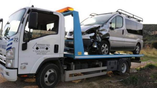 Una grúa traslada a la furgoneta que chocó contra una moto en Amposta.