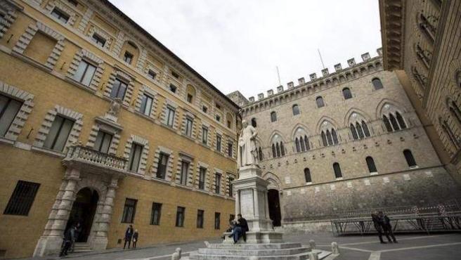 Fachada de la sede de la italiana Banca Monte dei Paschi di Siena (MPS) en Siena, Italia.