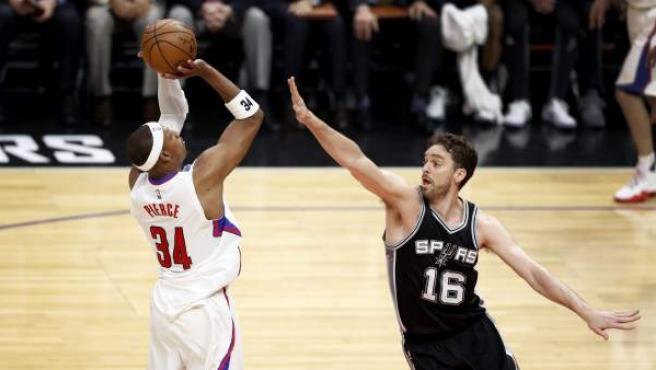 El pívot español de los Spurs de San Antonio Pau Gasol (d) intenta bloquear el lanzamiento de Paul Pierce.
