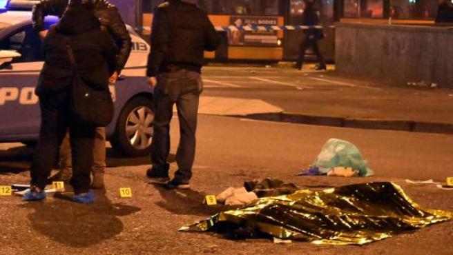 Policías permanecen junto al cuerpo sin vida del tunecino de 24 años sospechoso de cometer el atentado de Berlín, Anis Amri.