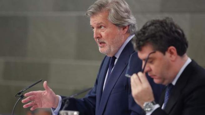 El portavoz del Ejecutivo, Iñigo Méndez de Vigo (izda), acompañado del ministro de Energía, Álvaro Nadal.