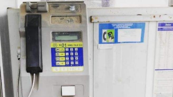 Imagen de una vieja cabina telefónica.