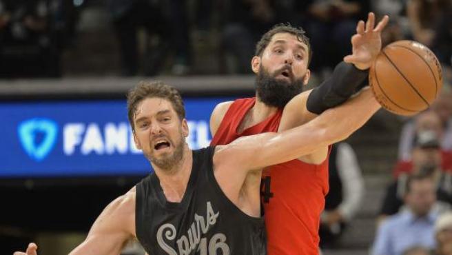 Pau Gasol (i) de los San Antonio Spurs disputa el balón con Nikola Mirotic de los Chicago Bulls, en San Antonio (EE UU), en la jornada de Navidad.