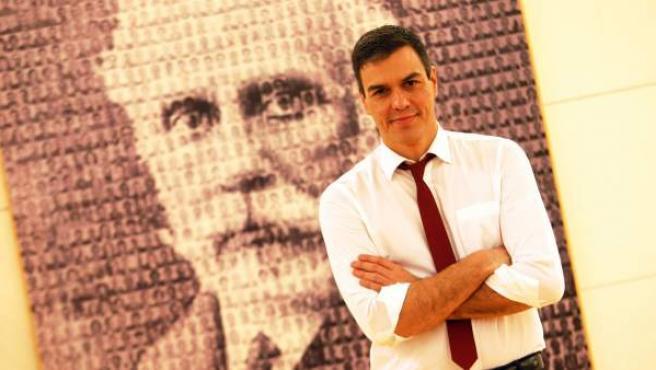 El secretario general del PSOE, Pedro Sánchez, delante de un retrato del fundador del partido, Pablo Iglesias, en el Congreso de los Diputados.