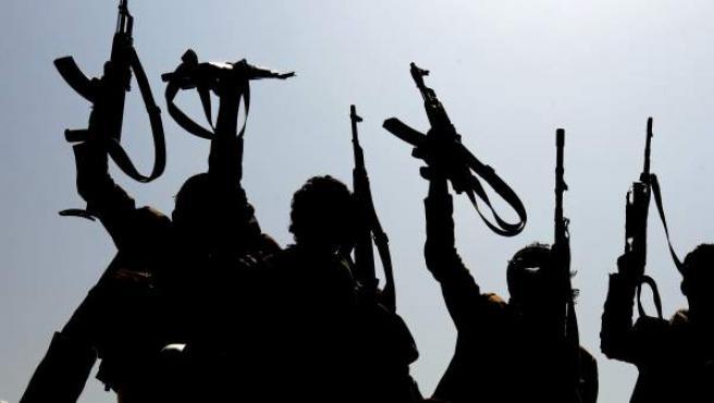 Yemeníes armados, fieles a los rebeldes hutíes, levantan sus armas en Saná.