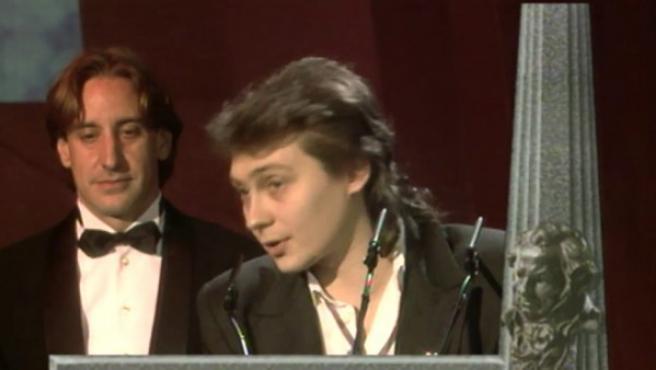 Eduardo Bajo Ulloa recoge de manos de Verónica Forqué y Juanjo Puigcorbé el Goya al Mejor Guión Original en la sexta edición de los Premios Goya (1992) por la película 'Alas de mariposa' (1991).