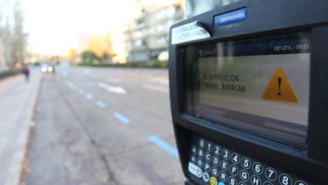 Así se ven los parquímetros del centro de Madrid con las restricciones al aparcamiento por alta contaminación.