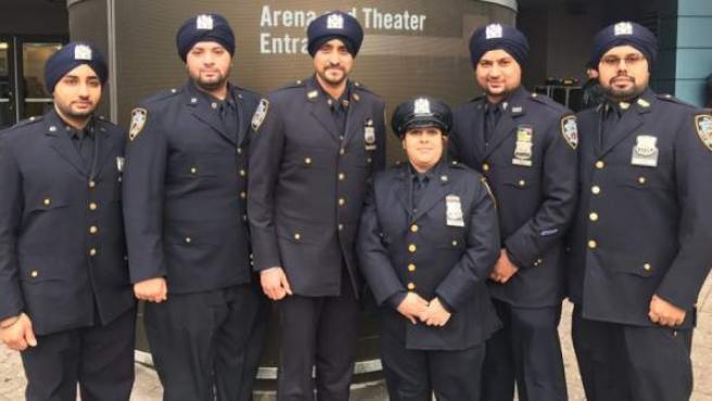 Policías de Nueva York de la religión sij con su turbante reglamentario.