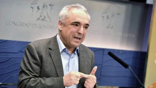<p>Rafael Simancas, portavoz de Empleo en el Grupo Parlamentario Socialista, durante la rueda de prensa en el Congreso </p>