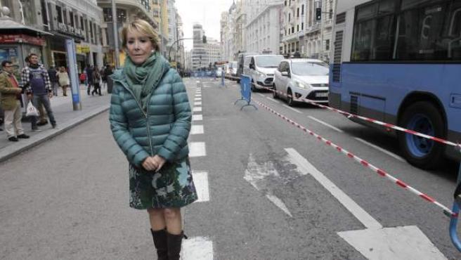 Esperanza Aguirre, en la Gran Vía, cerrada parcialmente al tráfico.