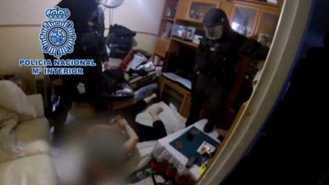 Imagen extraída del vídeo facilitado por la Policía Nacional de la detención del presunto pederasta llevada a cabo en un domicilio de Santander.
