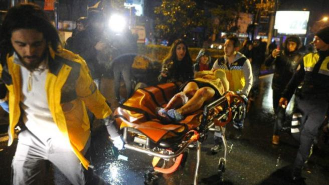 Una de las víctimas es trasladada a una ambulancia a la salida del club donde ha tenido lugar el ataque.