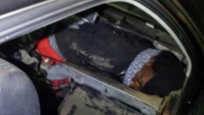 Uno de los jóvenes inmigrantes que pretendía cruzar la frontera ceutí oculto en el salpicadero del vehículo.
