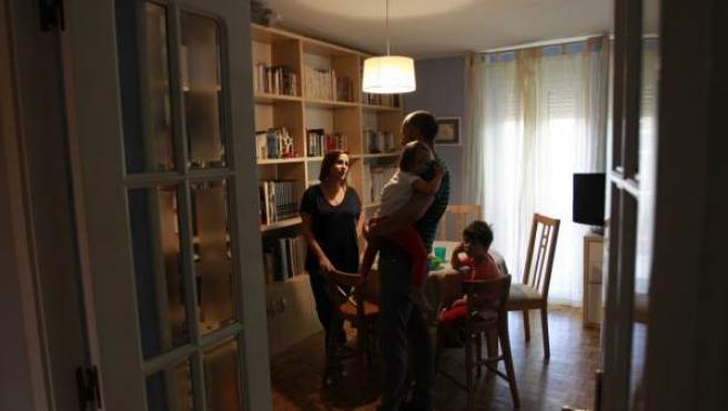 Angélica y Pablo con sus dos hijos forman una familia que ha conseguido la corresponsabilidad en las tareas del hogar.