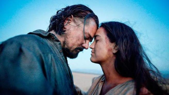 Leonardo DiCaprio y Melaw Nakehk'o en 'El renacido'