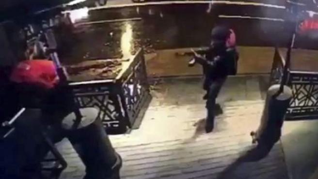 Imagen del atacante de Estambul captada por cámaras de seguridad antes de provocar la masacre del club Reina.