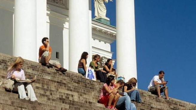 Un grupo de personas,en las escaleras de la catedral del Helsinki, en Finlandia.