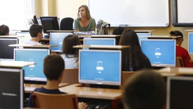 Varios alumnos en un aula de instituto.