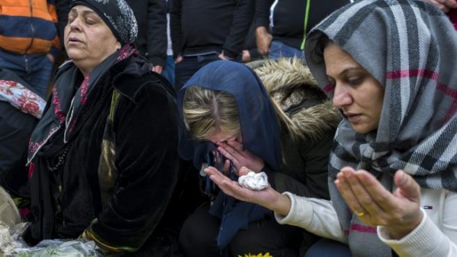 Familiares de la joven Layan Nasser, de 18 años, lloran durante su funeral en Tira al noreste de Tel Aviv (Israel). Nasser, es una de las 39 personas que fallecieron en el atentado terrorista del pasado 1 de enero en un club en Estambul (Turquía).
