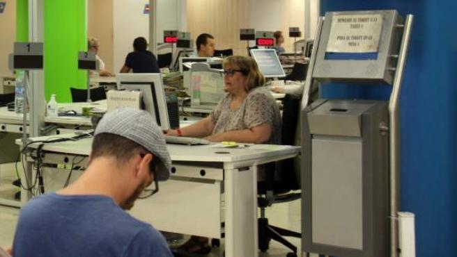 Varias personas en la oficina de la calle Sepúlveda de Barcelona del Servicio de Ocupación de Cataluña.