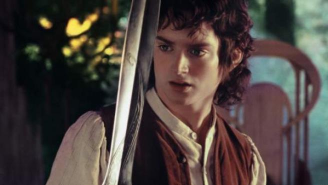 Frodo (Elijah Wood) sostiene a Dardo en 'El señor de los anillos'.