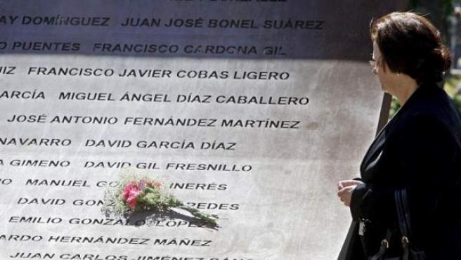La madre de uno de los militares que fallecieron en el accidente del avión Yak 42 frente al monumento con los nombres de las víctimas en Zaragoza.