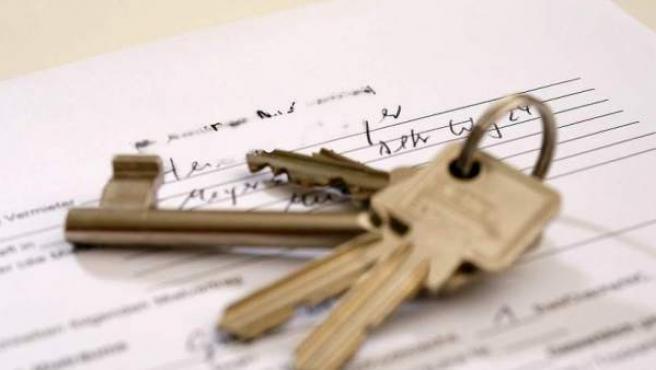 Las llaves de la vivienda sobre el contrato de compraventa.