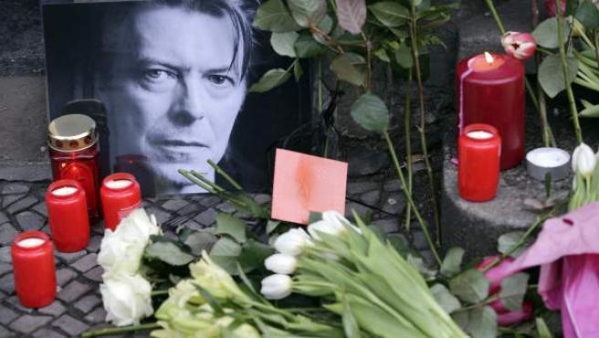 Homenaje a David Bowie tras su muerte, en un altar espontáneo en Nueva York, en enero de 2016.
