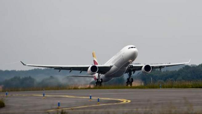 Avión de Iberia despegando.
