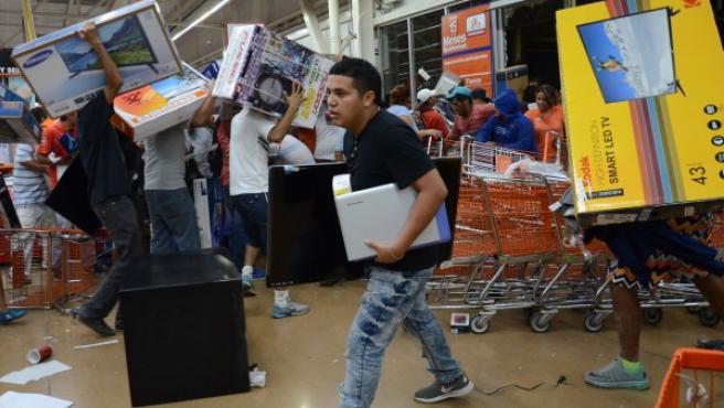 Decenas de personas saquean tiendas en el puerto de Veracruz (México), en supuesta protesta por la alza de precio a las gasolinas.