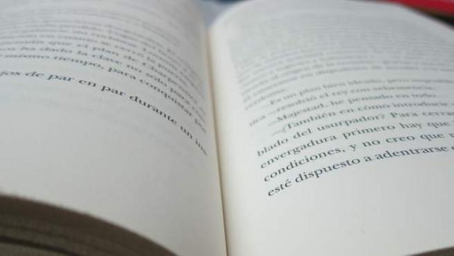 Un libro abierto por la mitad.