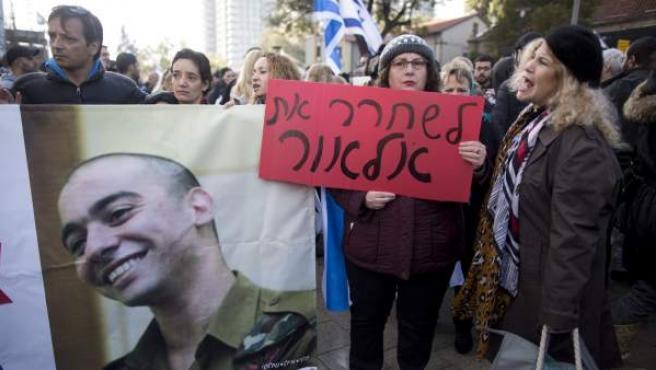 Simpatizantes de extrema derecha reaccionan en Tel Aviv (Israel) tras darse a conocer la sentencia del soldado israelí Elor Azaría el 4 de enero de 2017.