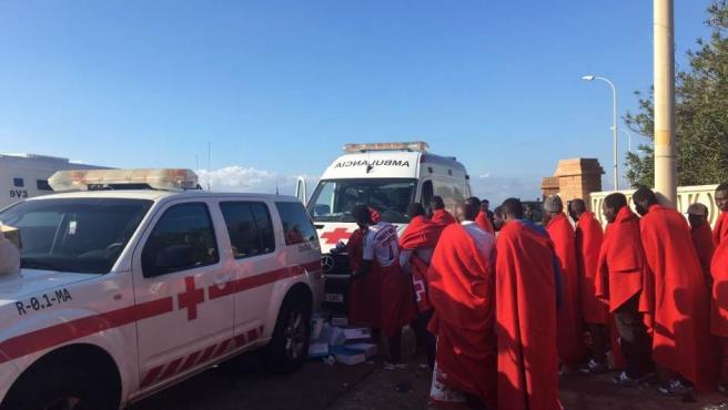 Integrantes de la patera rescatada en Vélez-Málaga.